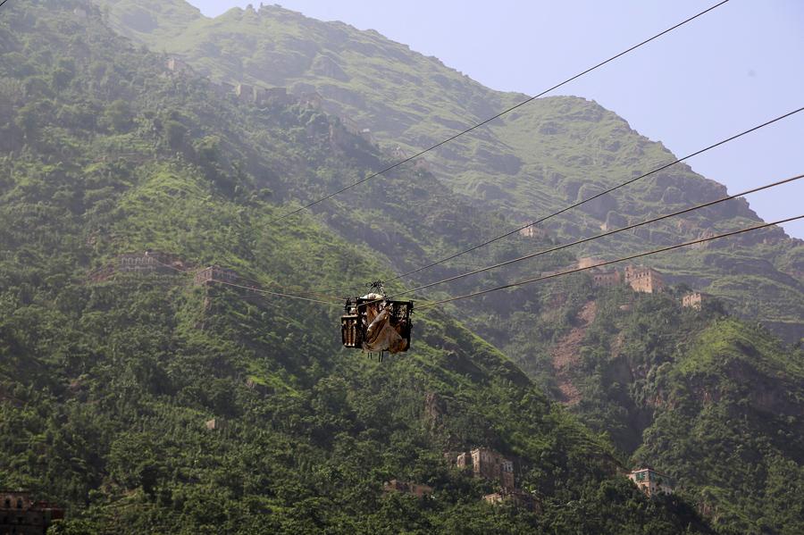 Канатная дорога с продовольствием поднимается на гору Dhalamlam, 20 мая 2016 года.