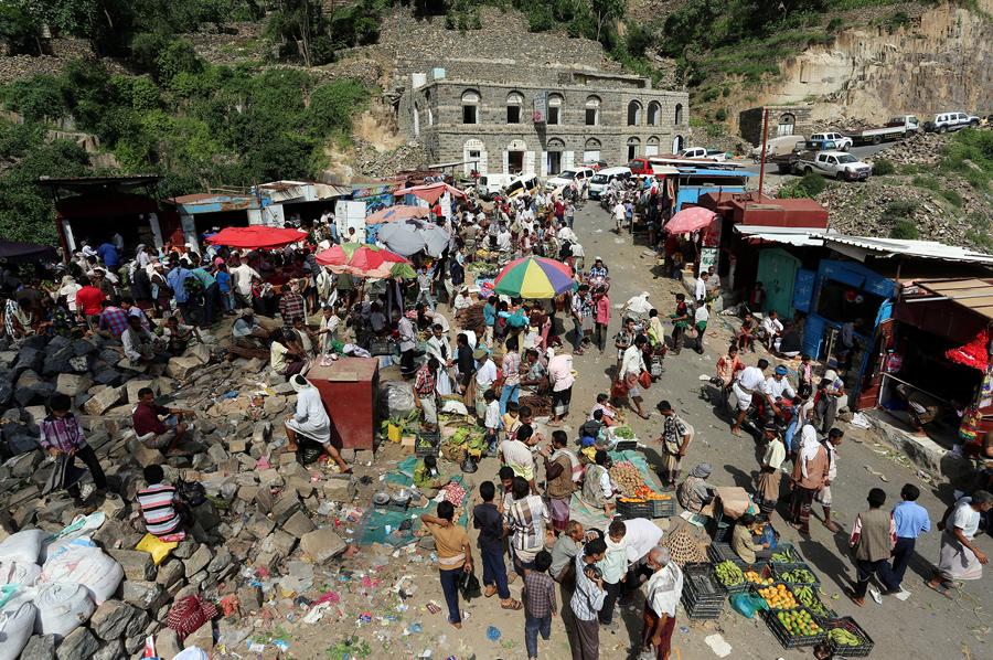 Люди на рынке в горах Йемена, 3 июня 2016 года.