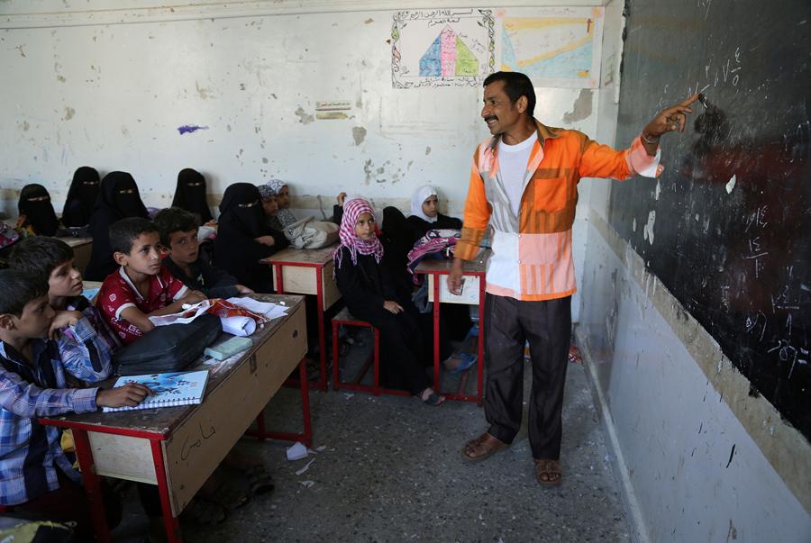 Преподаватель объясняет тему для учеников в школе, 21 мая 2016 года.
