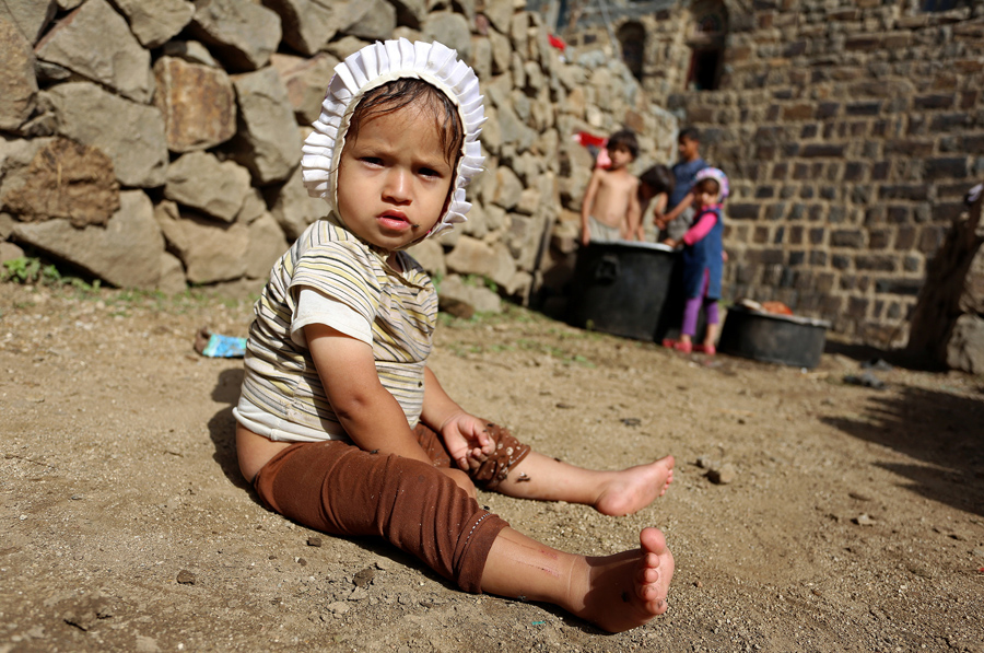 Девочка сидит на земле, Йемен, 1 июня 2016 года.