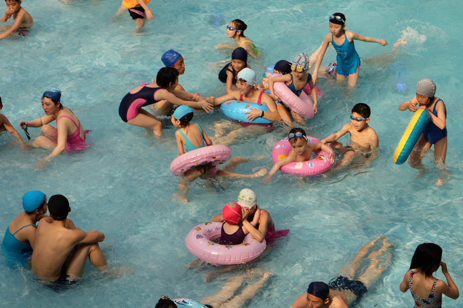 Дети и взрослые в бассейне, Пхеньян, 3 мая 2015 года.