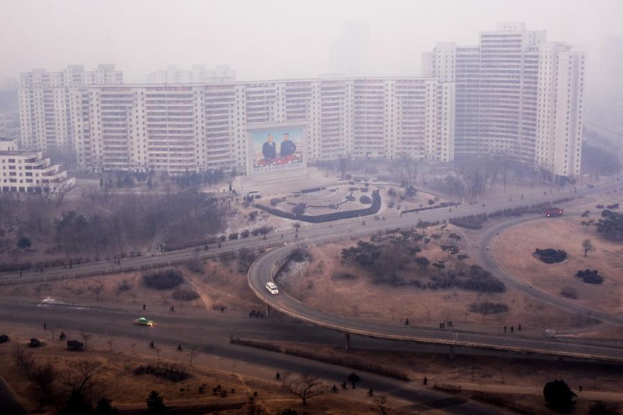 Утренний туман окутывает многоквартирное здание в Пхеньяне, 17 января 2014 г.