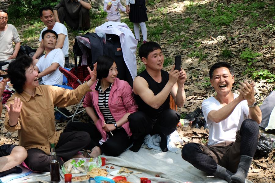Пхеньянские местные жители сидят на пикнике, 1 мая 2015 года.