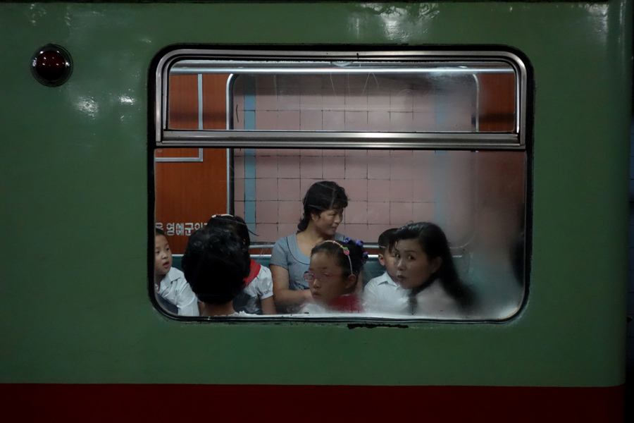 Окно поезда в метро Пхеньяна 20 августа 2014 г.