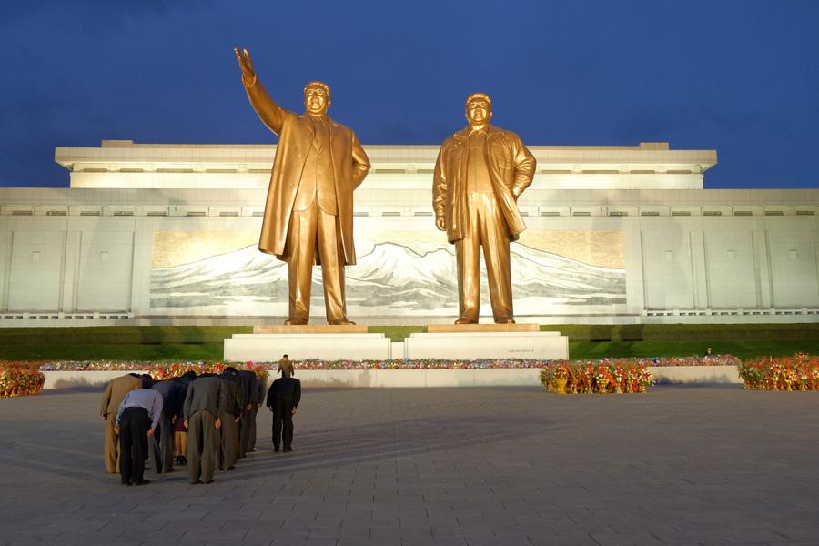 Корейцы отдают дань статуям Ким Ир Сена и Ким Чен Ира в Пхеньяне, 9 октября 2015 года.