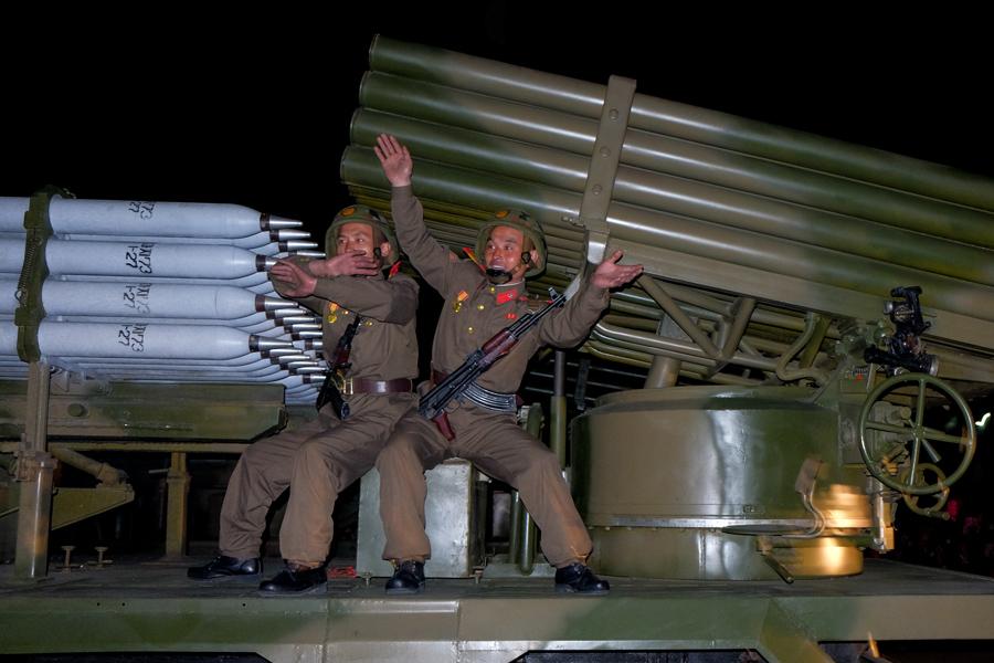 Солдаты позируют на мобильной ракетнице после парада к годовщине Трудовой партии в Пхеньяне, 10 октября 2015 года.