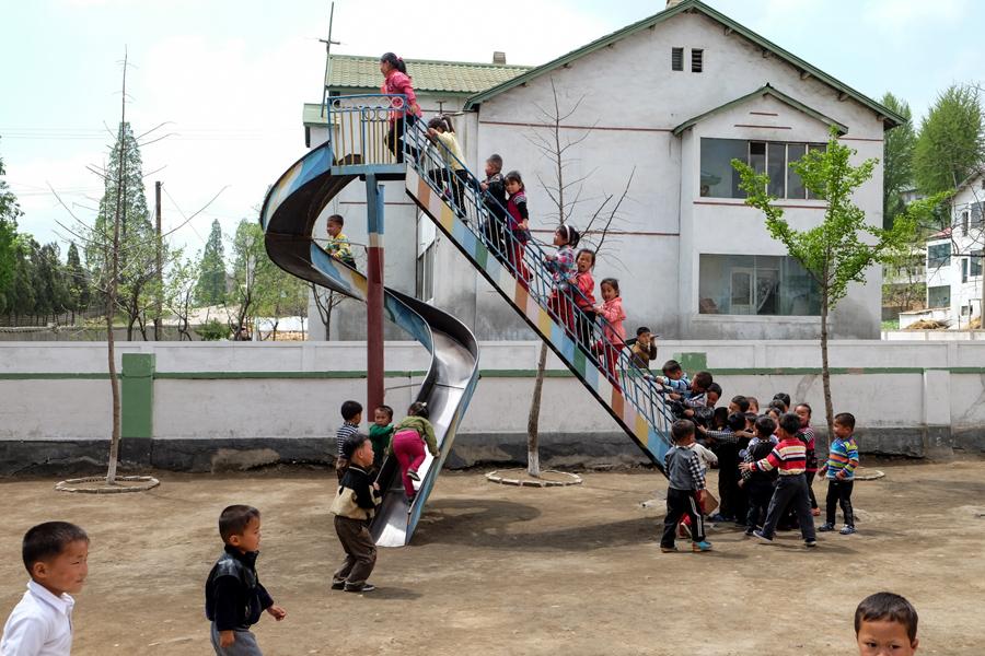 Школьники играют на детской площадке, Северная Корея, 3 мая 2015 года .