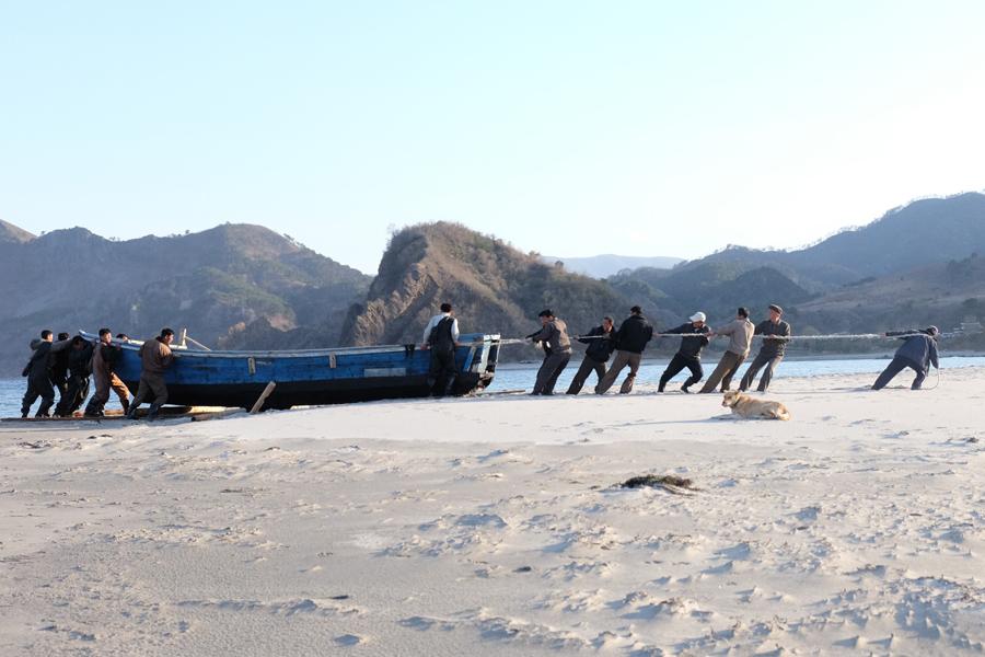 Селяне буксируют деревянную лодку, 24 апреля 2015 года.