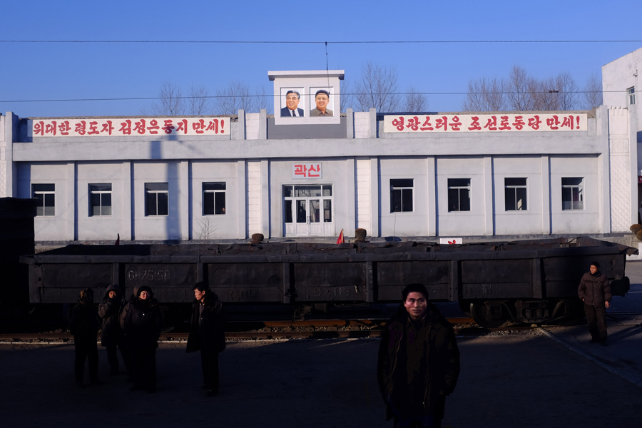Люди стоят на железнодорожной платформе в провинции Северной Кореи, 9 июня 2016 года.