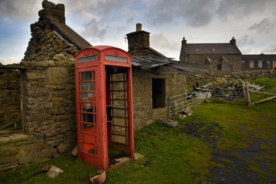 Разваливающееся здание и телефонная будка на острове, 29 сентября 2016 года.