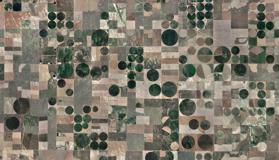 Сельскохозяйственные поля различной формы и размеров покрывают местность около Берлингтона, штат Колорадо.