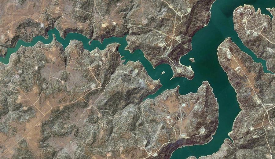 """Подъездные дороги и гравийные площадки для нефтяных """"станков-качалок"""" вокруг озера Навахо, Арриба Каунти, штат Нью - Мексико."""