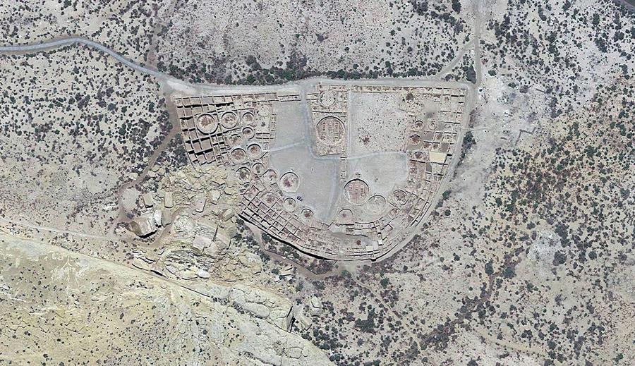 Руины Пуэбло Бонито «прекрасный посёлок» в Чако, Нью - Мексико. Посёлок был населен индейской культурой анасази между 850 н.э. и серединой 12 - го века.