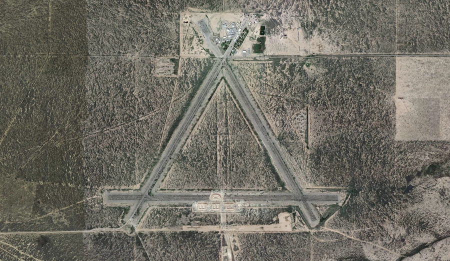 Взлетно - посадочные полосы треугольной формы ныне заброшенные после Второй мировой войны.