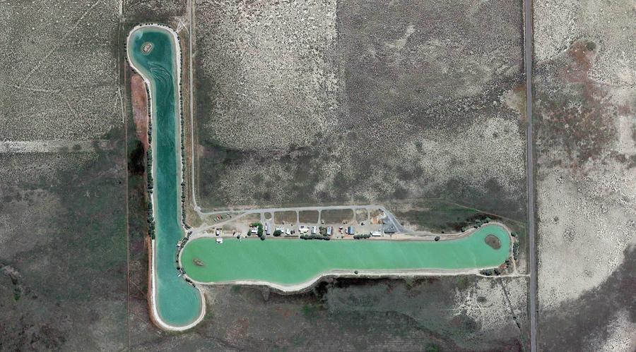 Небольшой жилой комплекс с двумя продолговатыми озерами около Раш - Вэлли, штат Юта.