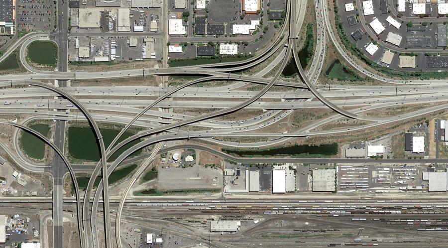 Автомобильные дороги и железнодорожные транспортные узлы, в центре города Солт - Лейк - Сити, штат Юта.