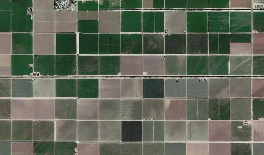 Шахматная доска сельскохозяйственных полей около Постона, штат Аризона.