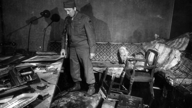 Американский солдат в комнате где застрелился Гитлер.