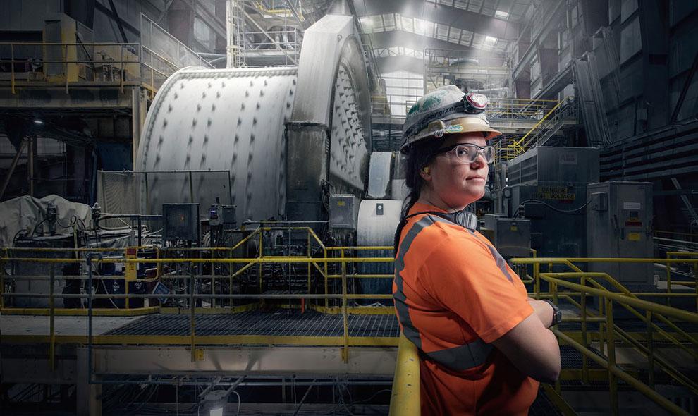 Джордан Эйнсворт оператор мельницы в Раунд Маунтин, штат Невада.