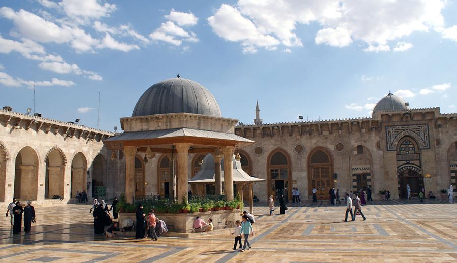 6 октября 2010 года посещают мечеть Омейядов Алеппо.