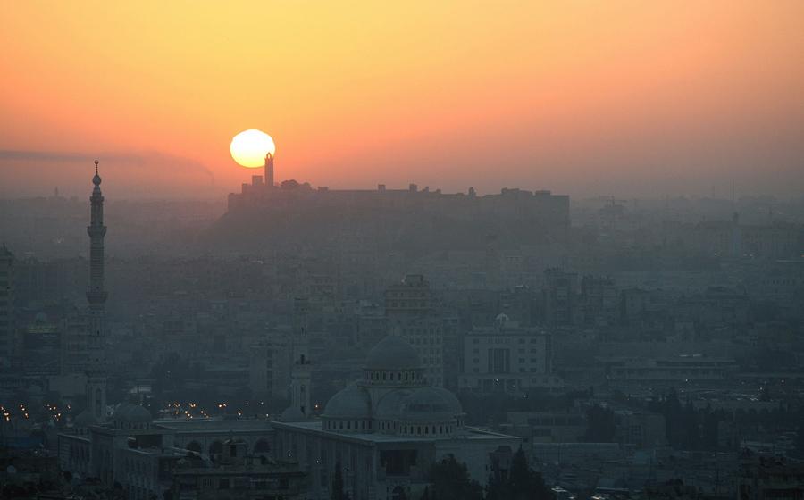 7 марта 2006 года, солнце встает над Алеппо, наряду с Дамаском и Сане, является одним из трех самых старых населенных городов Сирии.