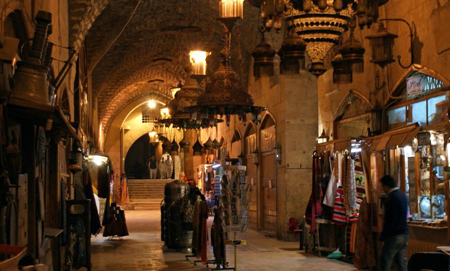 Люди внутри рынка Khan al-Shounah в Старом городе Алеппо, 11 декабря 2009 года.