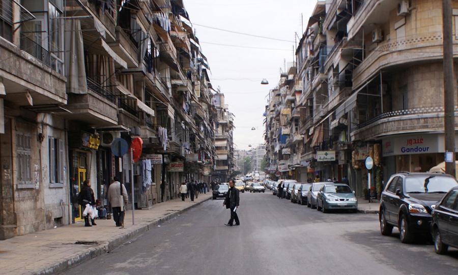 Человек пересекает улицу в Алеппо, 12 декабря 2009 года.