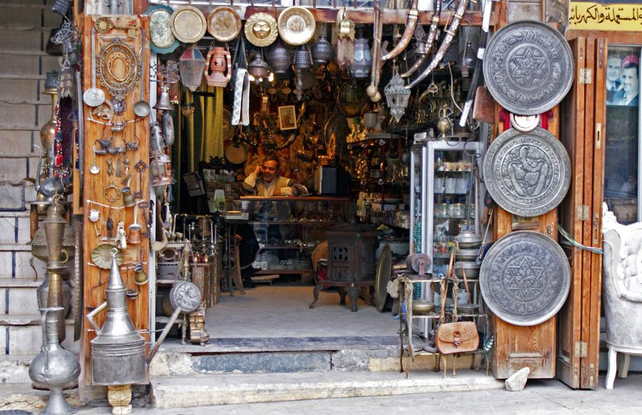 Продавец  сидит внутри антикварного магазина в Старом городе Алеппо, 12 декабря 2009 года.