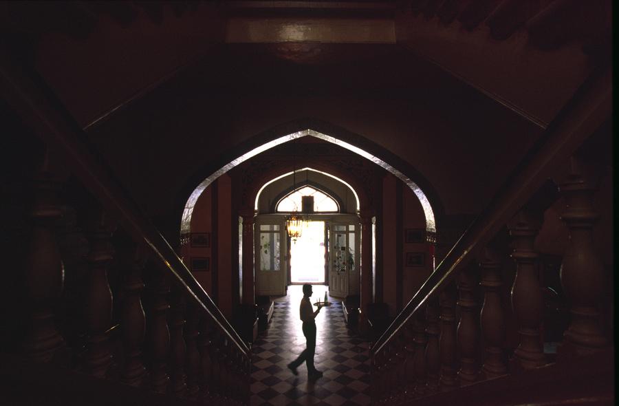 Официант несёт напитки в бар гостиницы Baron Hotel в Алеппо, Сирия 13 сентября 2002 года. Отель построен в 1911 году. В своё время в нём останавливались шах Ирана, Мохаммед Реза Пехлеви, Агата Кристи и Лоуренс Аравийский. За время гражданской войны в Сирии отель служил пристанищем где размещались многочисленные беженцы, спасающиеся от насилия со всех сторон.