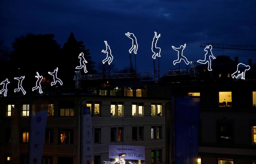 """Световая инсталляция """"Run Beyond"""" Анджело Бонелло в Лозанне, Швейцария, 23 ноября 2016 года."""