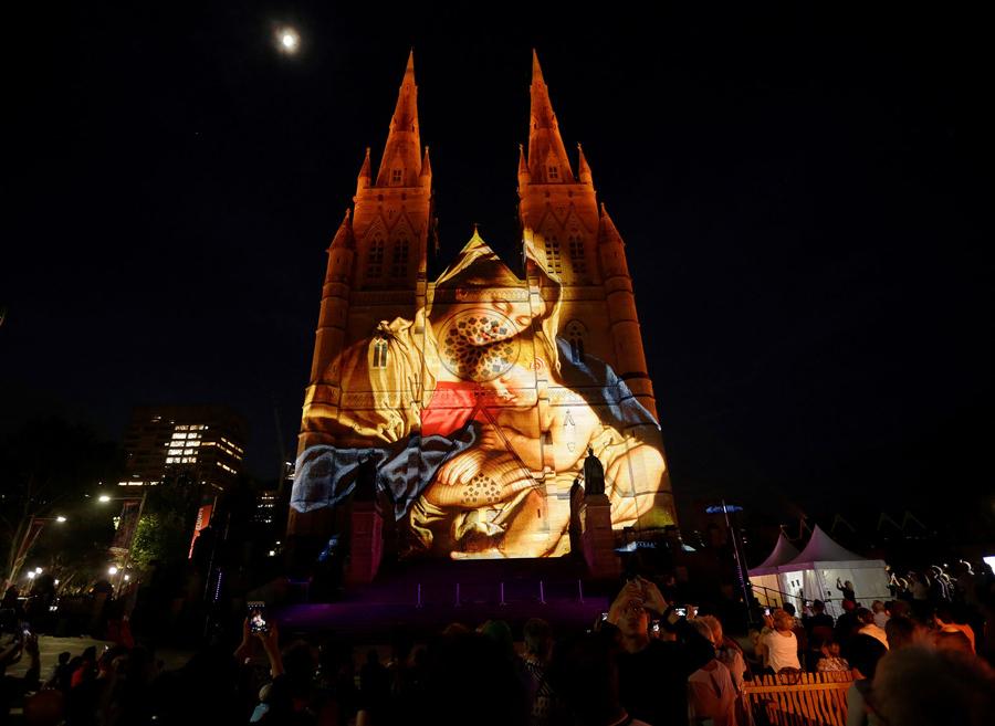 Рождественские тематические проекции с участием Марии и младенца Иисуса освещают фасад Собора Девы Марии (Сидней) в Австралии, 8 декабря 2016 года.