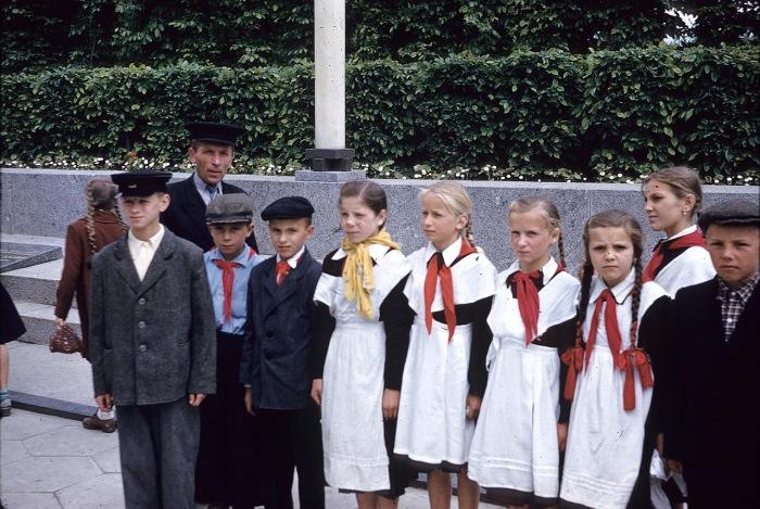 Девочки и мальчики в школьной форме