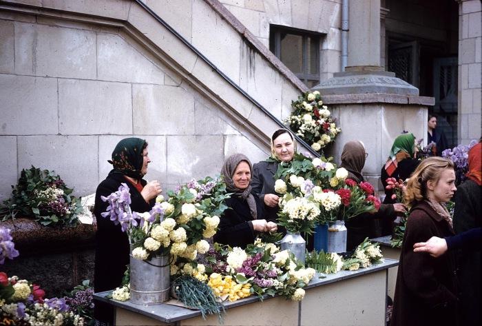 Женщины продают цветы на улице в Киеве