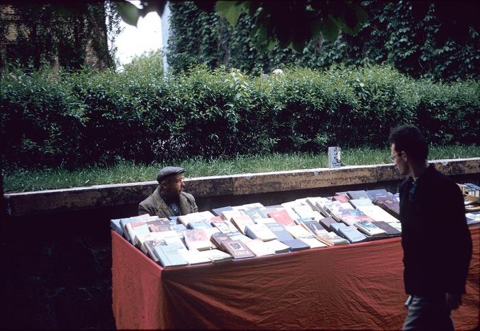 Мужчина продает книиги