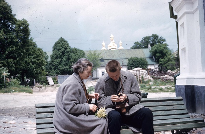 Киевляне у храма
