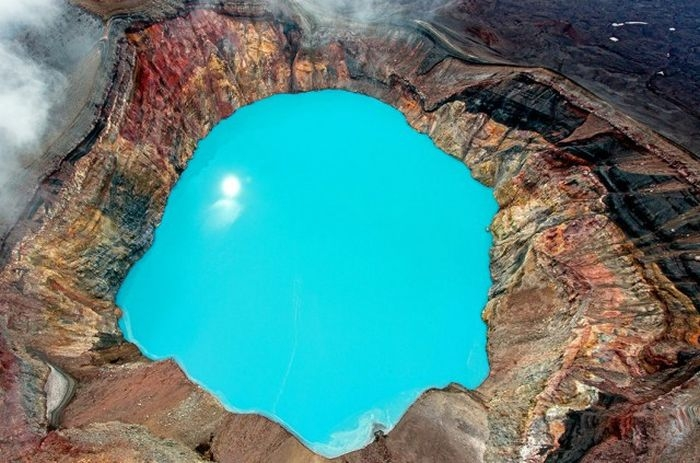 Кислотное озеро в кратере вулкана Малый Семячик, полуостров Камчатка