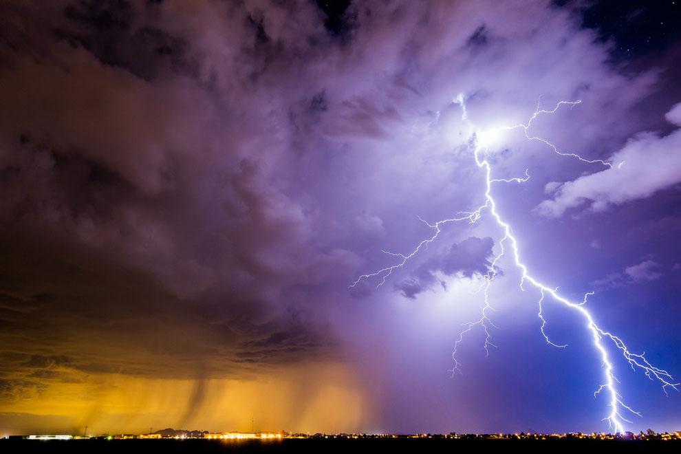 Массивный удар молнии в Кулидж, штат Аризона, 31 августа 2016 года.