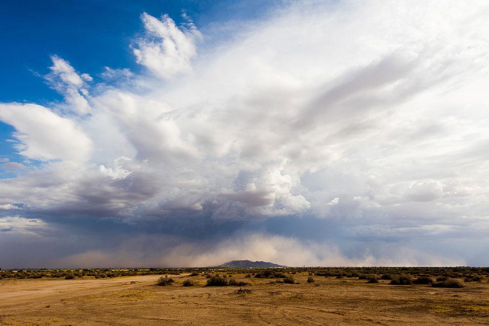 Голубое небо предшествует шторму в Аризоне, США, 18 июля 2016 года.