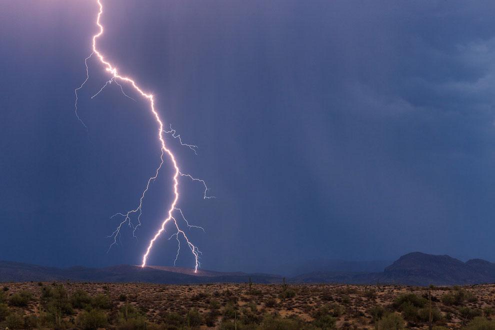 Удары молнии по склону горы в городе Феникс, штат Аризона, 28 июня 2016 года.