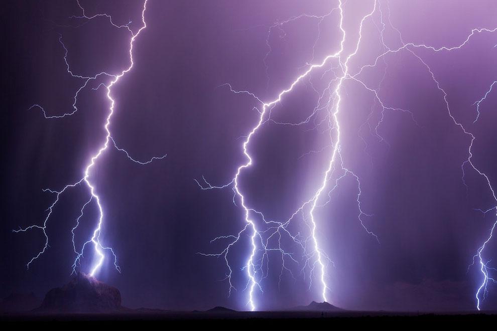 Молнии в городе Феникс, штат Аризона, 25 июля 2016 года.