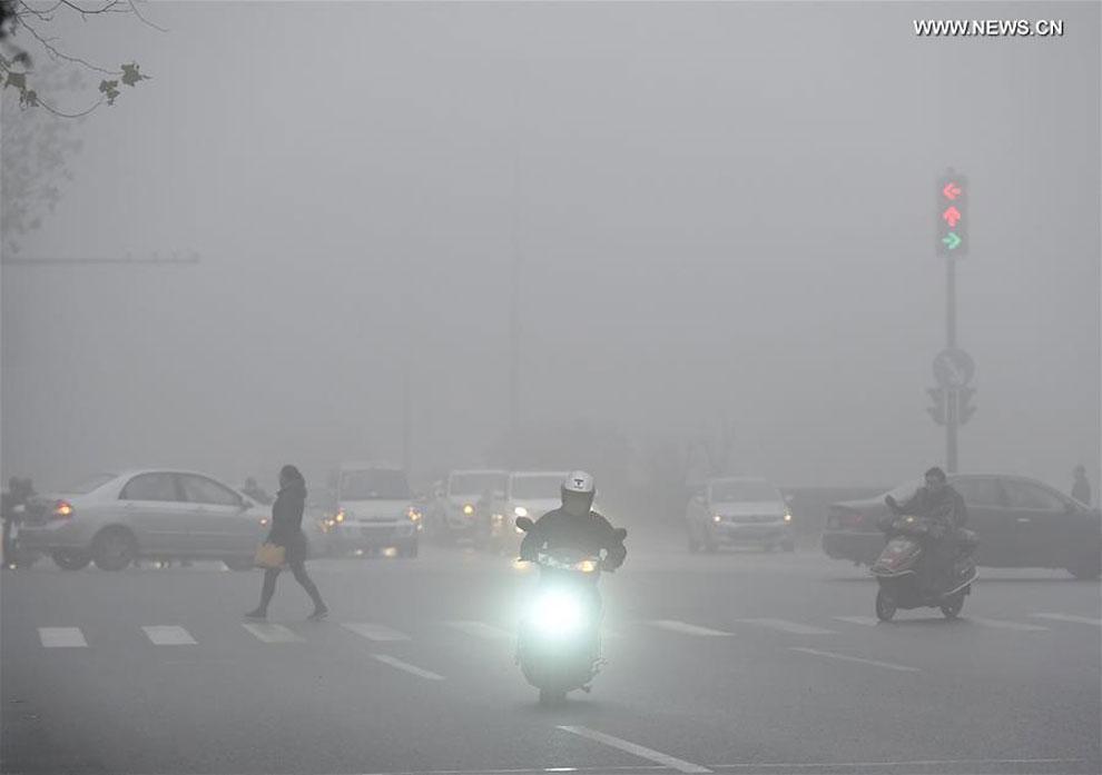 Ужасающие фотографии с улиц Китая, покрытого туманом