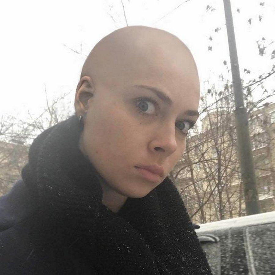 Настасья Самбурская побрилась налысо