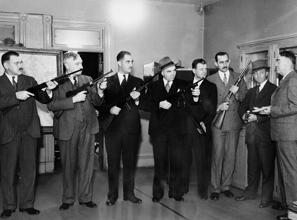 Инспекторам рассказывают про оружие в Вашингтоне, округ Колумбия, 19 октября 1935 года.