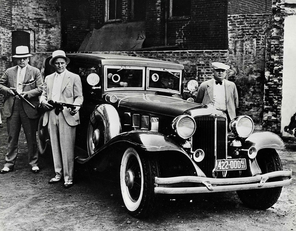 Полицейские в Чикаго у бронированного автомобиля во время американской депрессии 1933 года.
