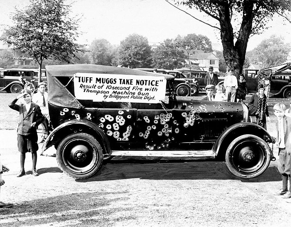 Изрешеченный из автомата Томпсона автомобиль гангстеров 24 сентября 1930 года.