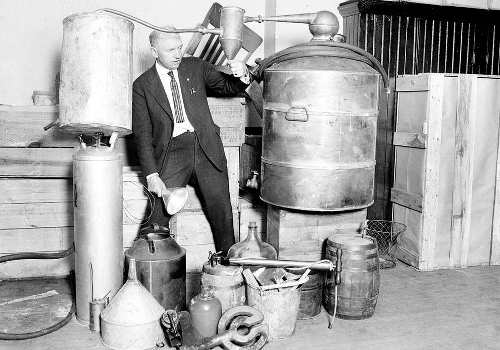 Эдвин C. Артур у самогонного аппарата, в ходе рейда Саут-Сайд в Чикаго, штат Иллинойс, 1922 г.