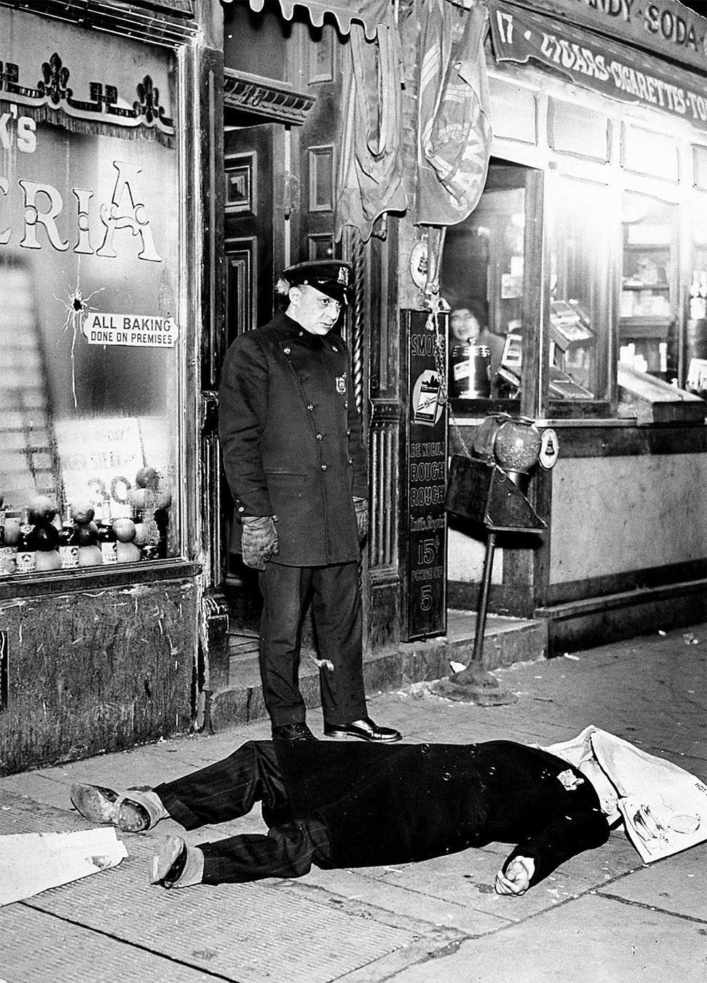 Тело Джо (Aces) Мацца на 17-ой авеню Нью-Йорке. Гангстер погиб во время бандитских разборок, 21 февраля 1931 года.
