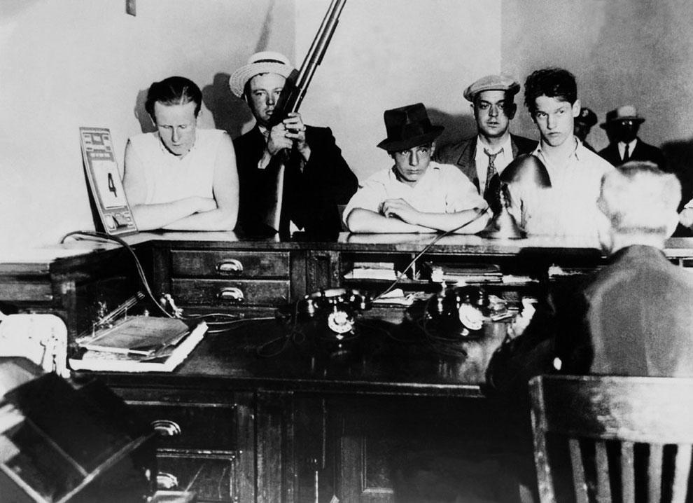 Ветераны, члены гражданской организации по борьбе с преступностью, привели бандита для ареста в полицейский участок, 1932 г.