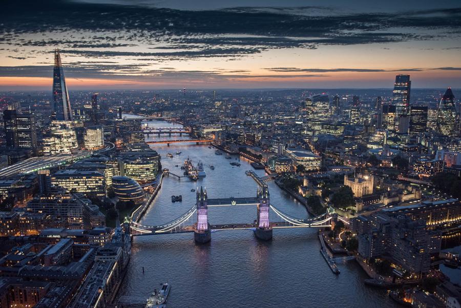 Одна из самых главных достопримечательностей Лондона, Тауэрский мост, освещенный ночью.