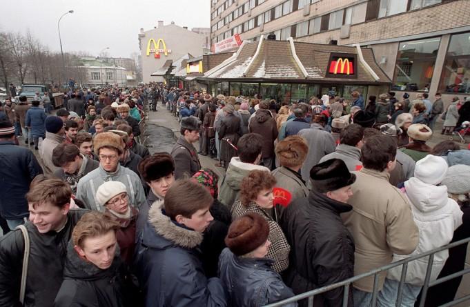 Первое кафе быстрого питания Макдональдс открыли возле станции метро Пушкинская в Москве, 31 января 1990 года.